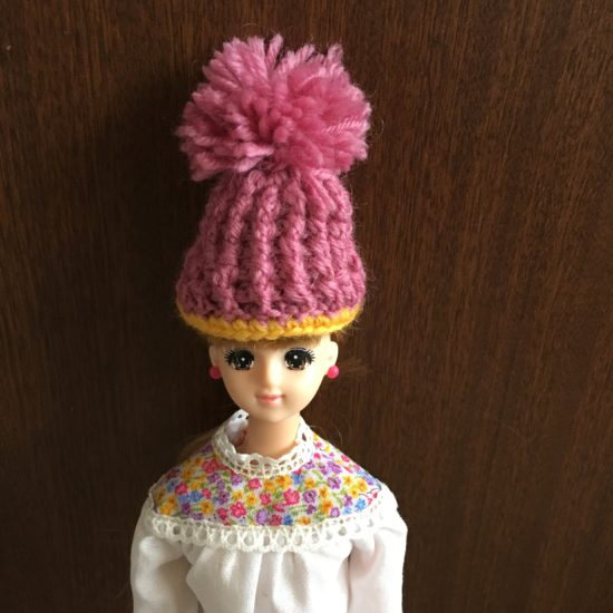 ドール服に合わせたい、かぎ針編みで毛糸の帽子編み図と作り方