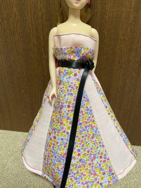 ドール服、ジェニーに2段フリルと黒のサテンリボンのドレスの作り方